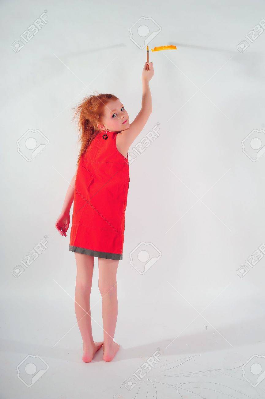 Girl painting on the wall Stock Photo - 15144725