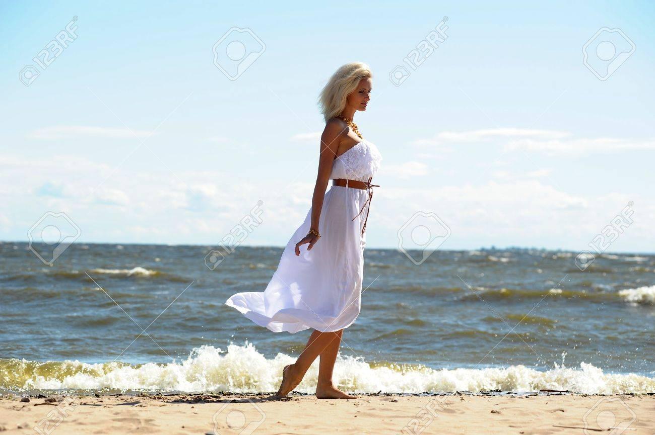 Фото в белом платье на берегу