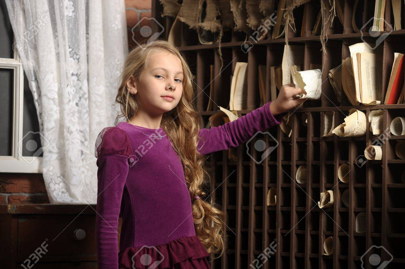 A young girl in library Stock Photo - 17084931
