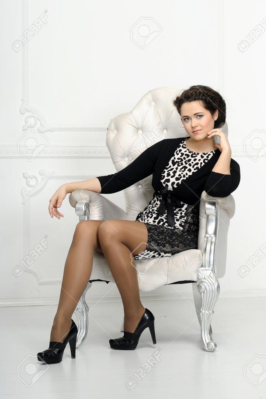 Фото девушек брюнеток в кресле 15 фотография