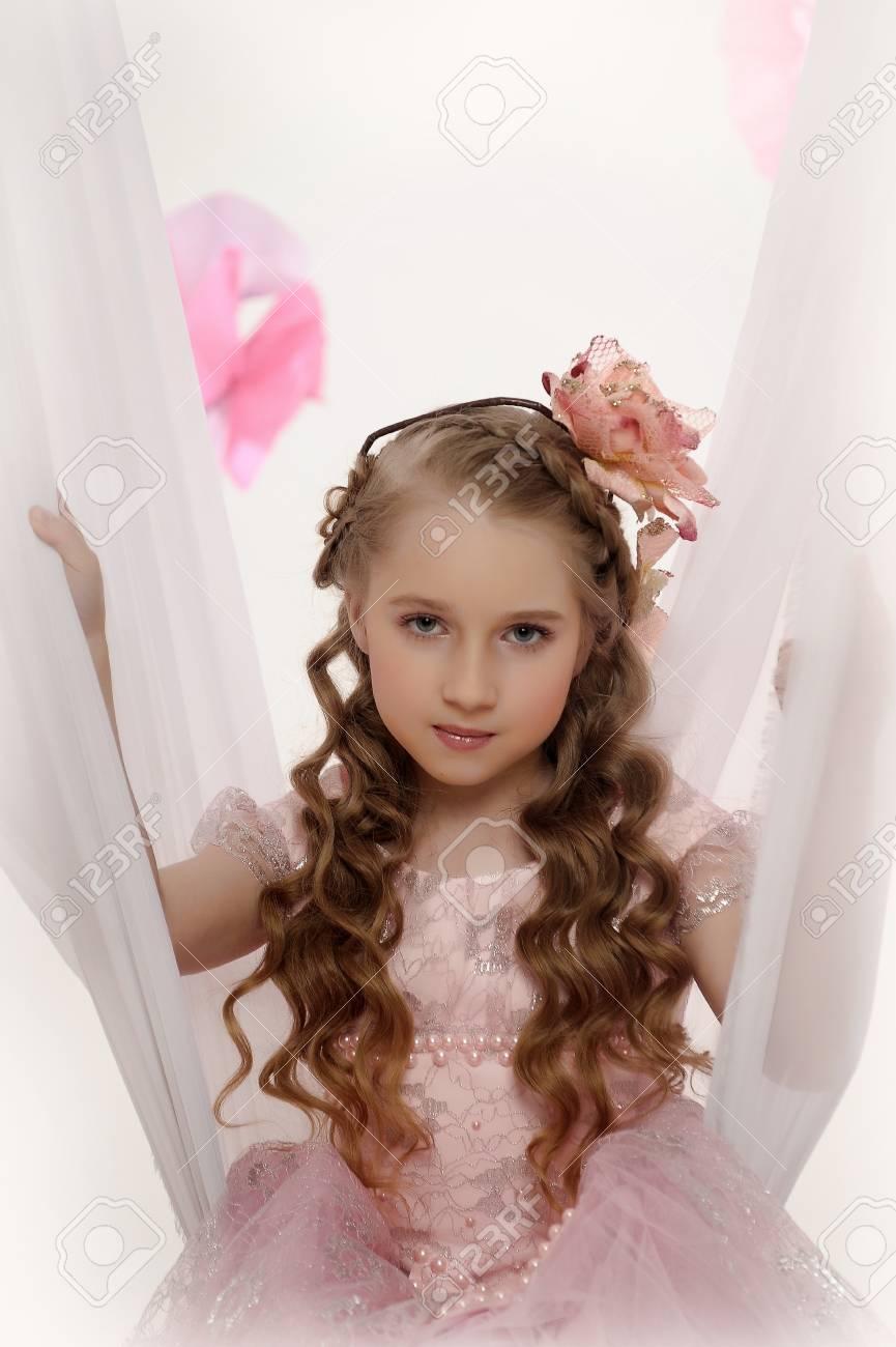 photos dans le style rétro fille avec une fleur dans les boucles