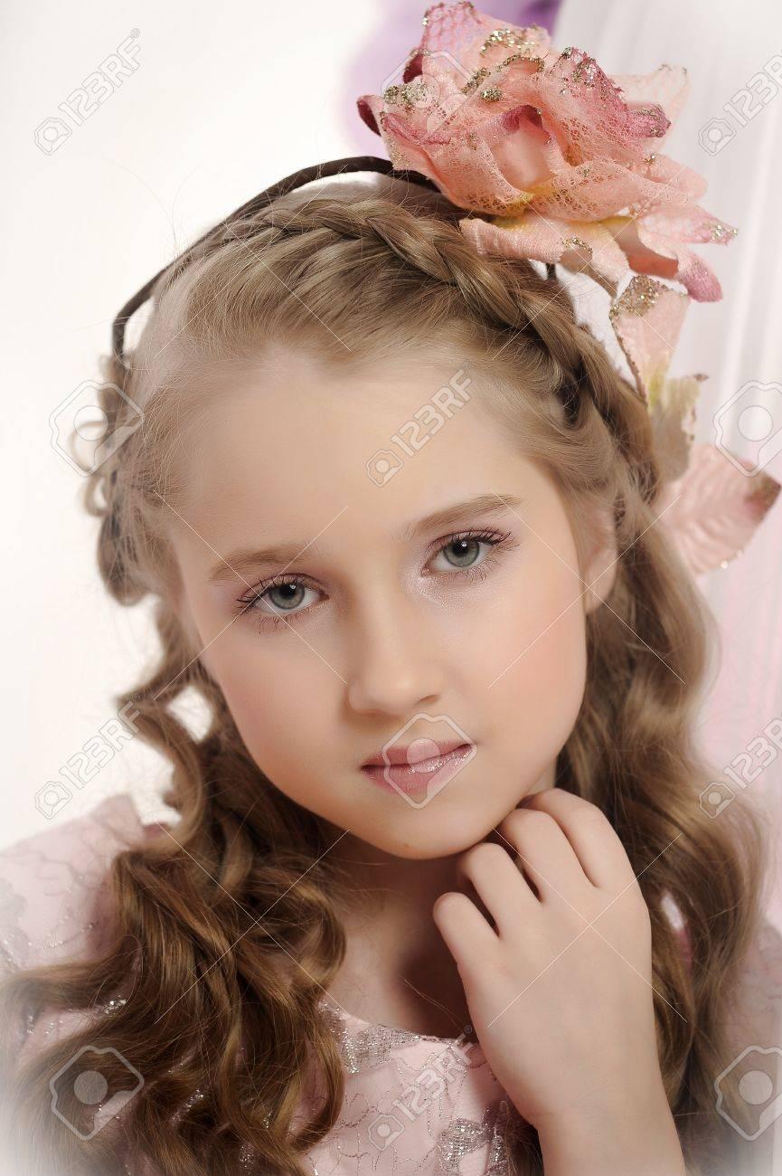 rétro fille de style avec une fleur dans les boucles banque d'images