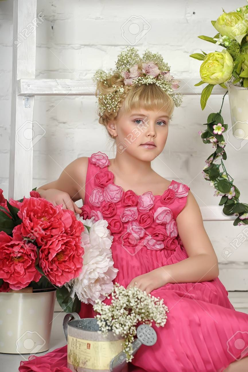young flower girl Stock Photo - 18811394