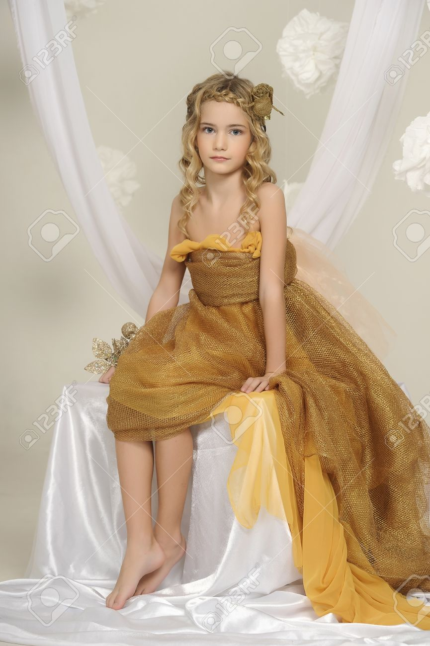 https://previews.123rf.com/images/evdoha/evdoha1304/evdoha130400292/18971466-girl-in-gold-Stock-Photo-girl-barefoot.jpg