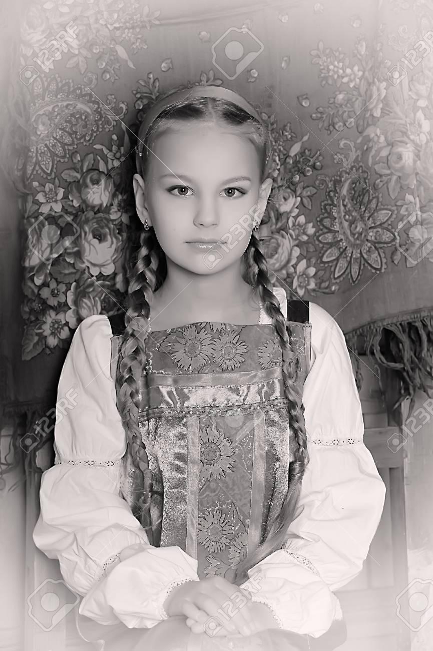 ragazza in costume nazionale russo Archivio Fotografico - 18999600 7099c16534aa