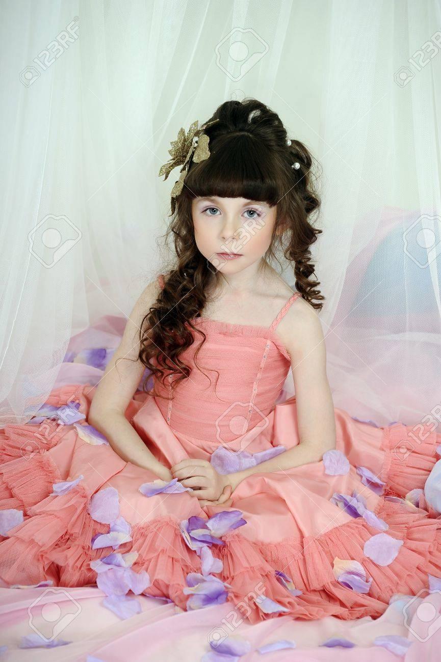Kleine Niedliche Mädchen Tragen Rosa Kleid Lizenzfreie Fotos Bilder Und Stock Fotografie Image 33603361