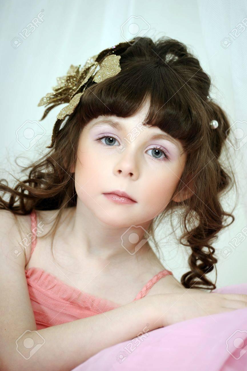 Kleine Niedliche Mädchen Tragen Rosa Kleid Lizenzfreie Fotos Bilder Und Stock Fotografie Image 33603374
