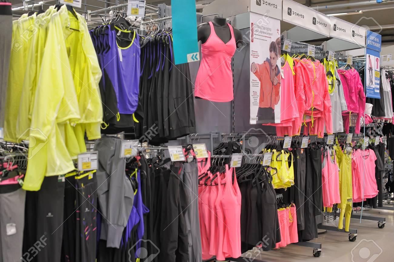 54f850a8c066b Banque d'images - Un magasin de vêtements de sport de mode à  Saint-Pétersbourg, Russie