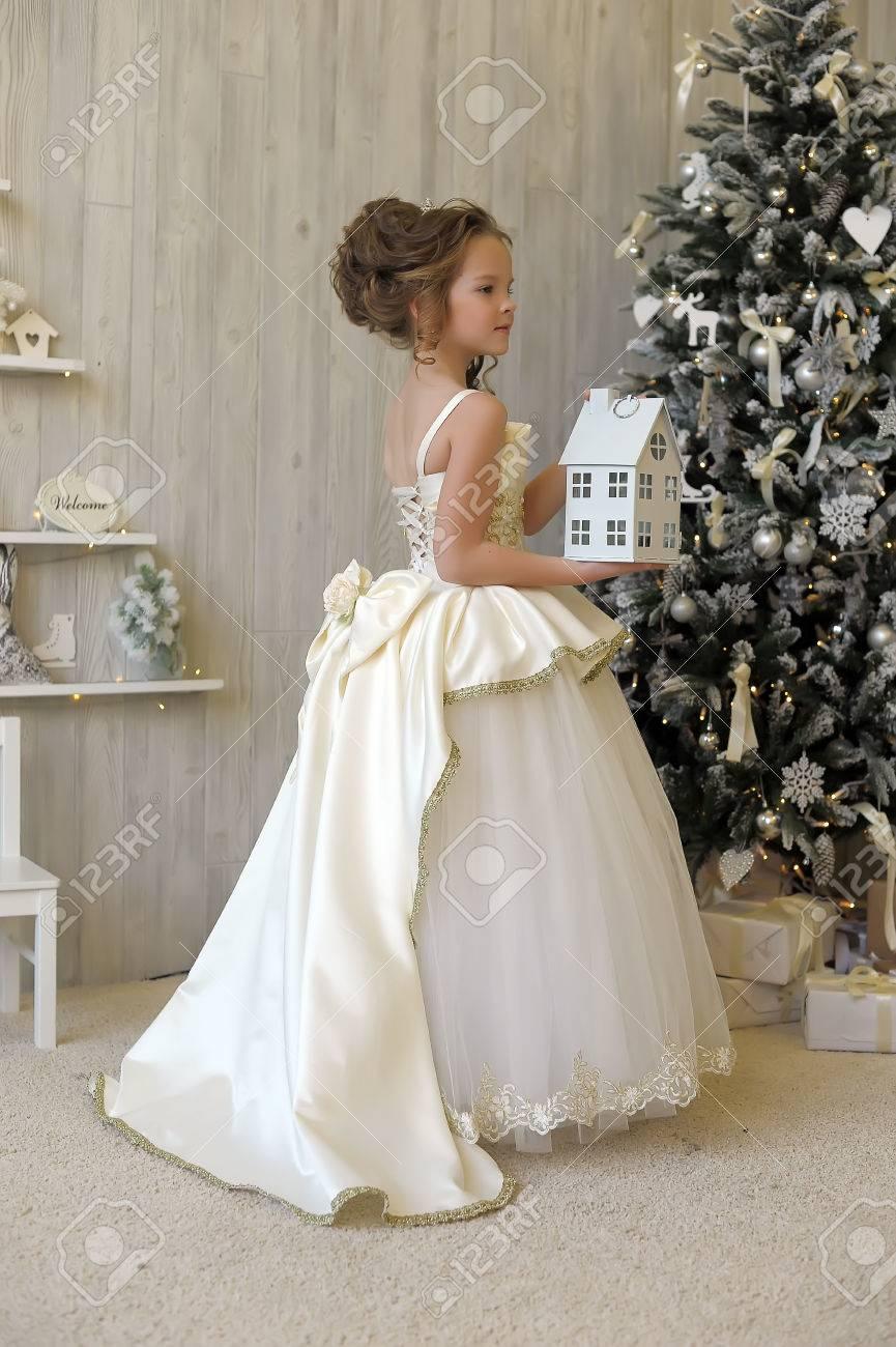 4f2798b0a78 Princesse D hiver En Robe Blanche à L arbre De Noël. Banque D Images ...