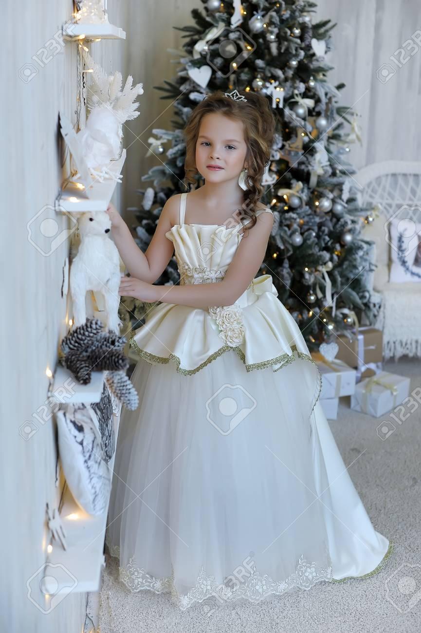 últimos lanzamientos calidad asombrosa 2019 real Princesa del invierno en vestido blanco en el árbol de Navidad.