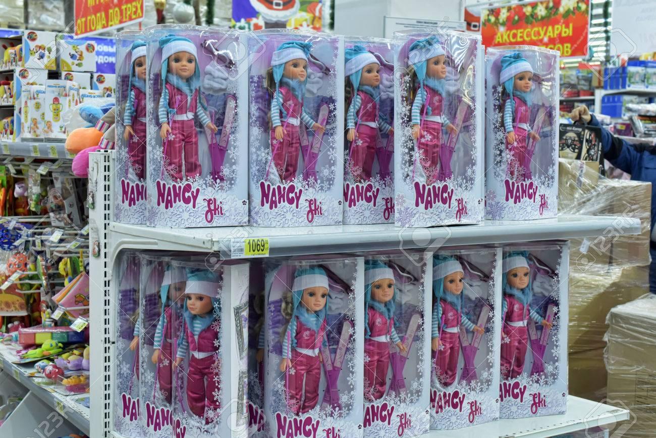 estantes llenos de juguetes para nios en una tienda de juguetes italiano en petersburgo rusia