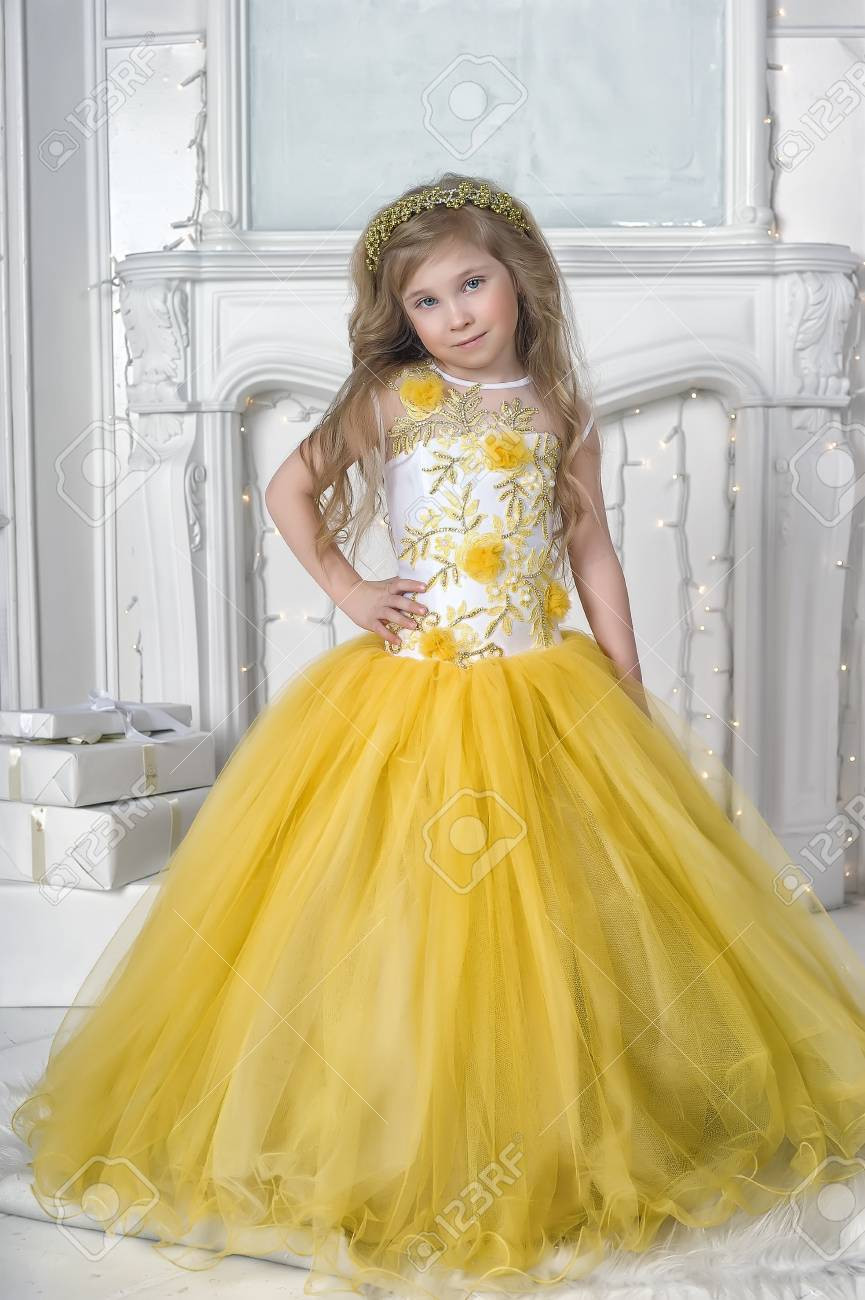 Princesse en robe jaune