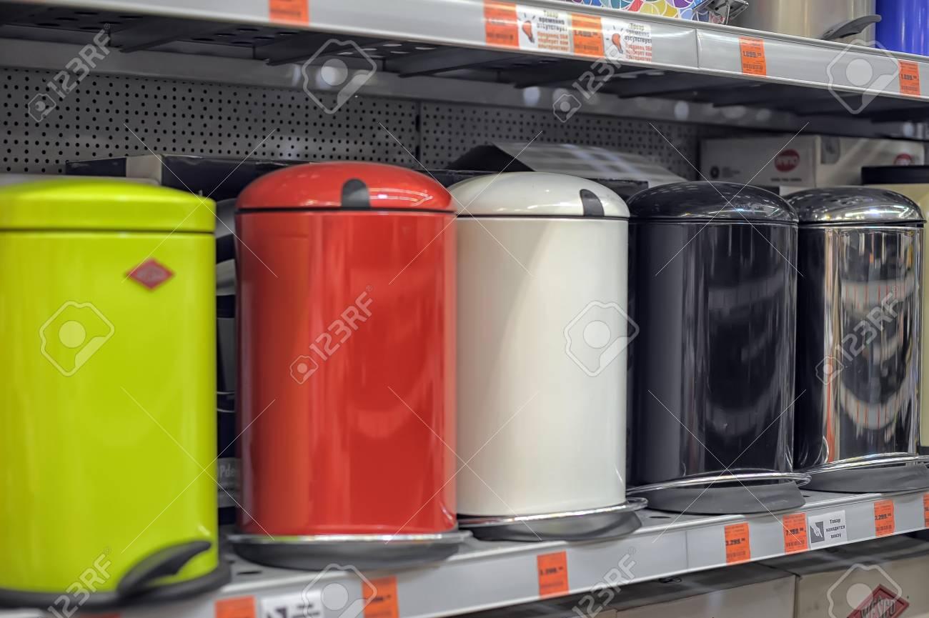 Une variété de poubelles pour la maison et le bureau dans le magasin