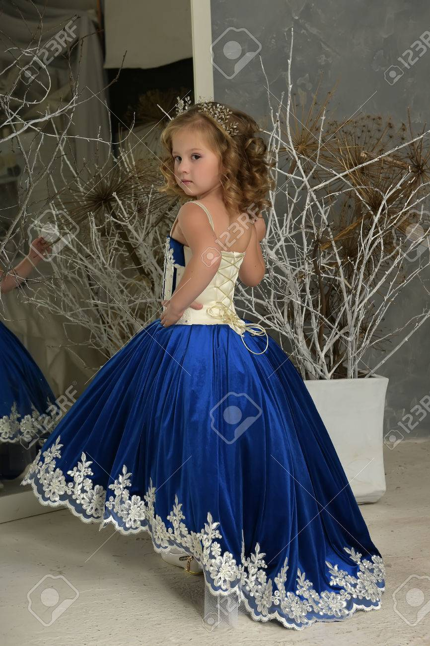 Mädchen In Einem Eleganten Blauen Kleid üppig. Lizenzfreie Fotos ...