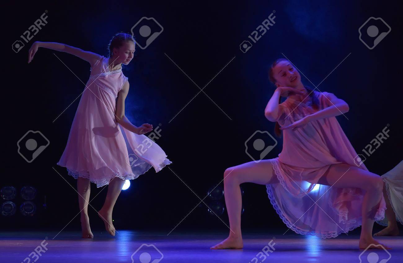 Chicas En Trajes De Aire Rosa Bailando En El Escenario, Teatro De ...