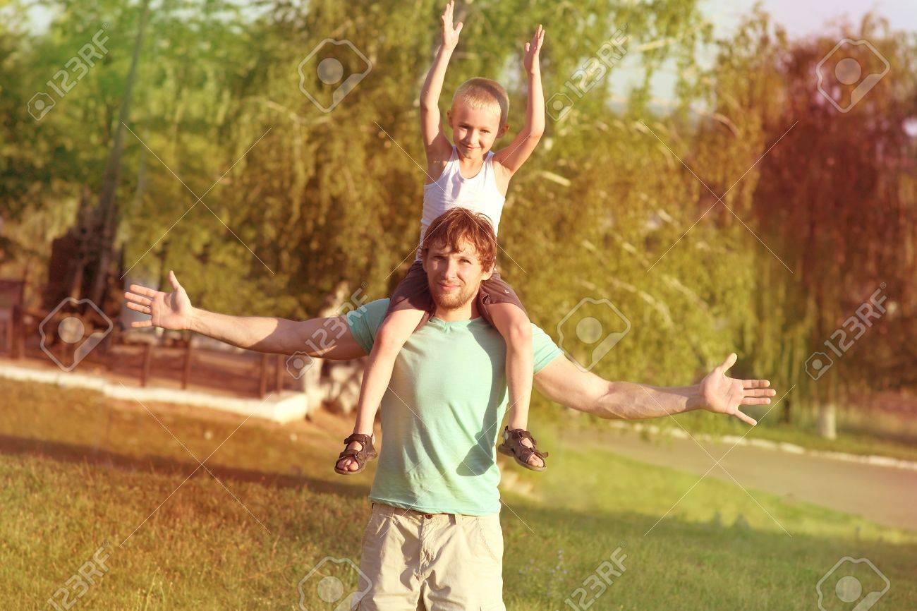 Familia Padre Y El Hijo Del Hombre Nino Sentado Sobre Los Hombros De