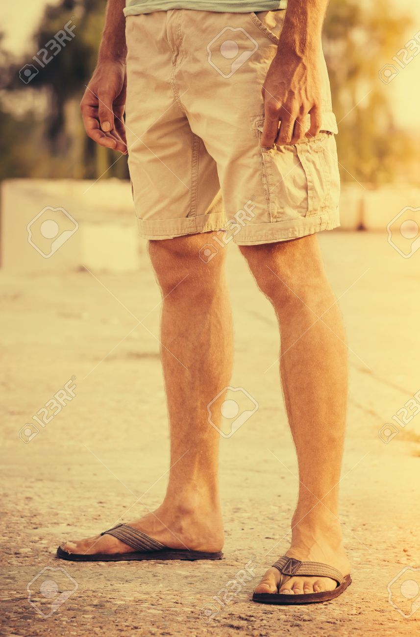 Pieds Homme Vêtu D\'un Short Et Tongs Debout Vacances D\'été En ...