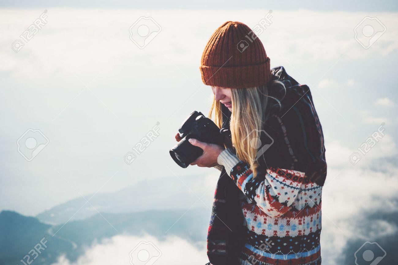 Fotografo donna con fotocamera nebbiosa montagne nuvole paesaggio su sfondo Viaggi Lifestyle concetto avventura vacanze all'aperto Archivio Fotografico - 71157250