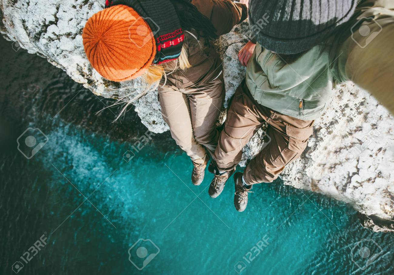 Couple in love Man and Woman sitting together above sea on cliff Travel happy emotions Lifestyle concept. Young family traveling romantic vacations autumn winter season aerial view Archivio Fotografico - 87701987