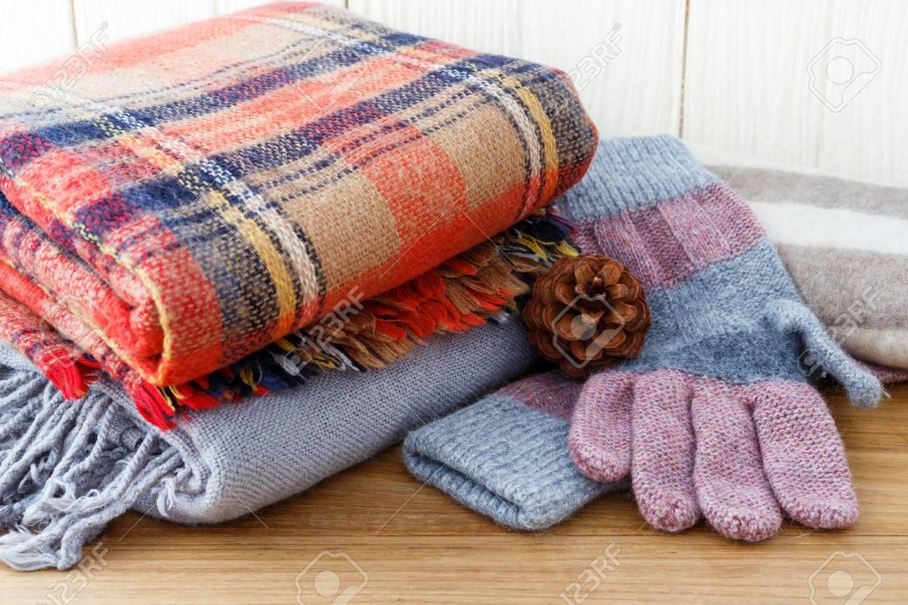 87295e708a9b Banque d images - Vêtements de mode d hiver avec des gants et une  couverture écharpe