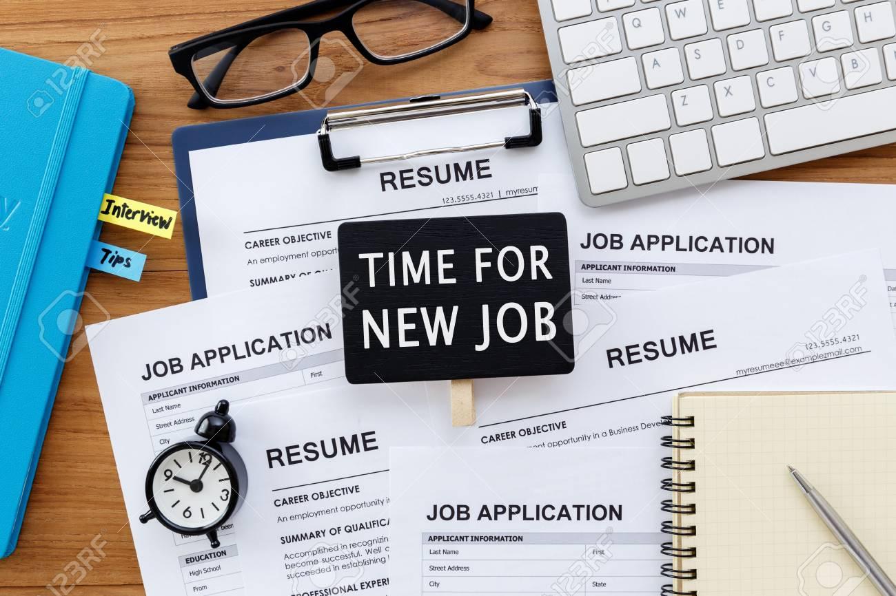 Zeit Für Neue Job-Schild Mit Lebenslauf Und Job-Anwendungen Auf Dem ...