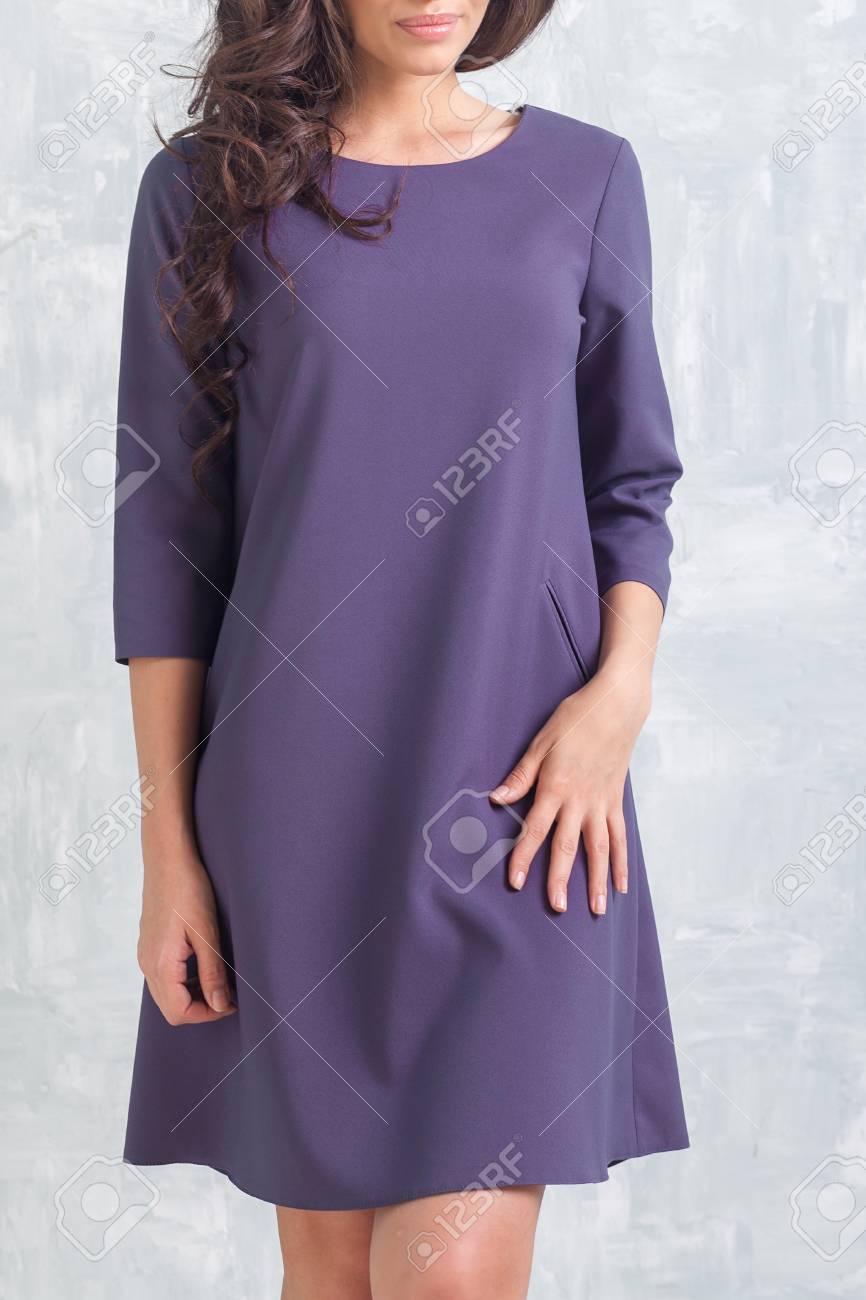 Joven Delgada Esbelta Mujer Morena Con Un Hermoso Vestido Corto De ...