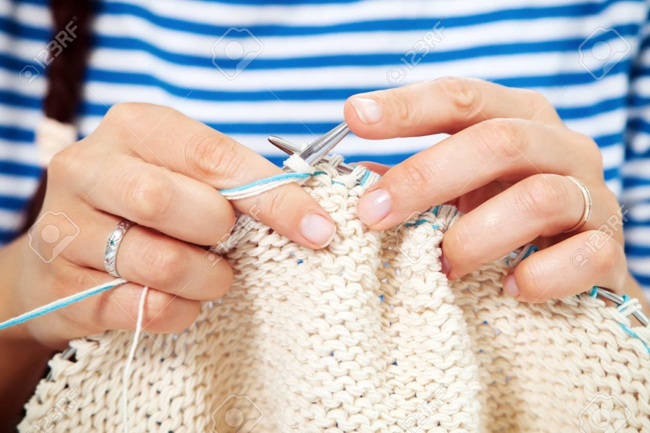 3eaef020fd60 Banque d images - Gros plan Jeune femme dans un chemisier rayé tricote et écharpe  blanche en laine