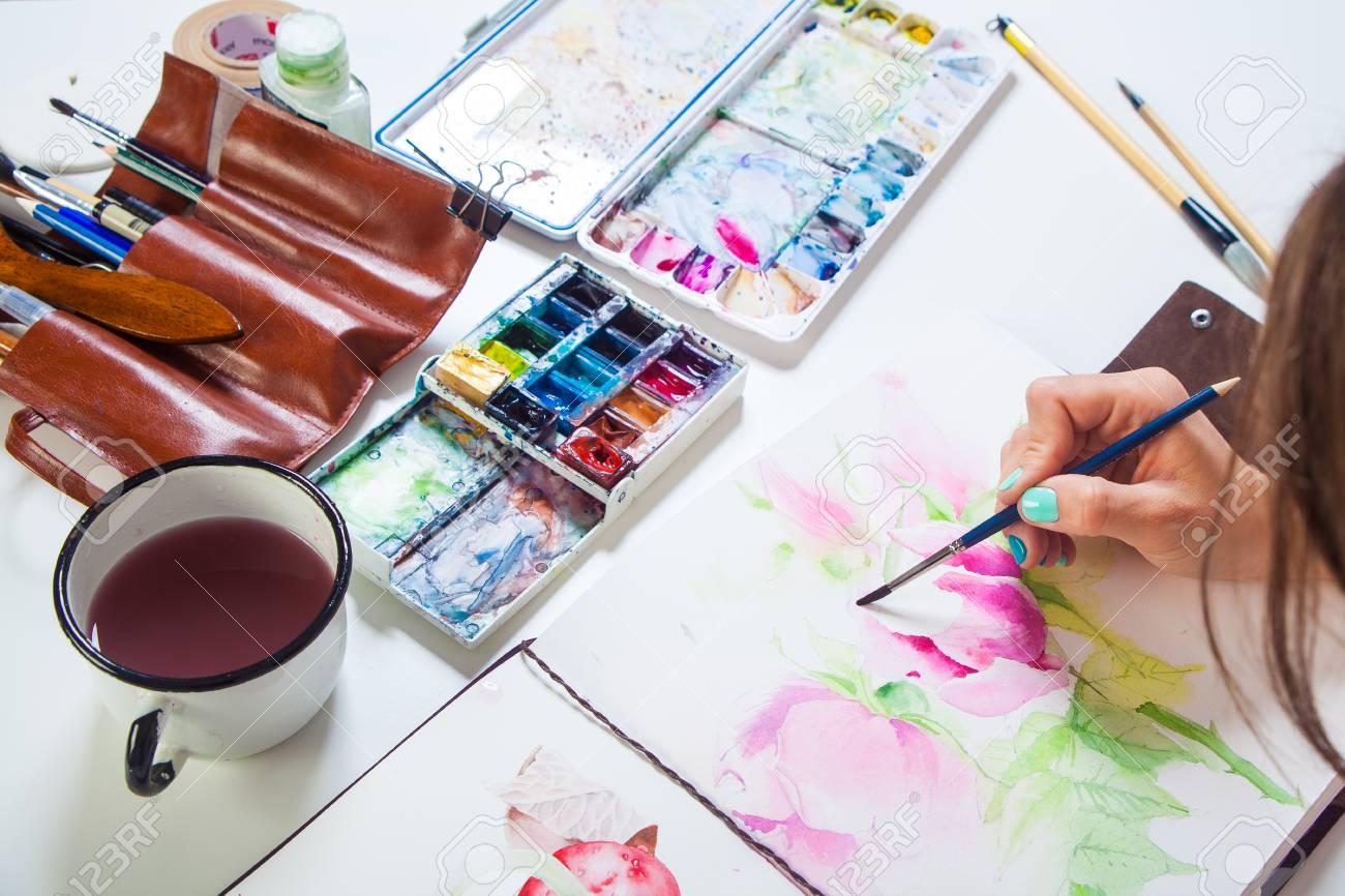 pfingstrose zeichnen blumen zeichnung, nahaufnahme einer frau künstler malt aquarellzeichnung einer rosa, Design ideen