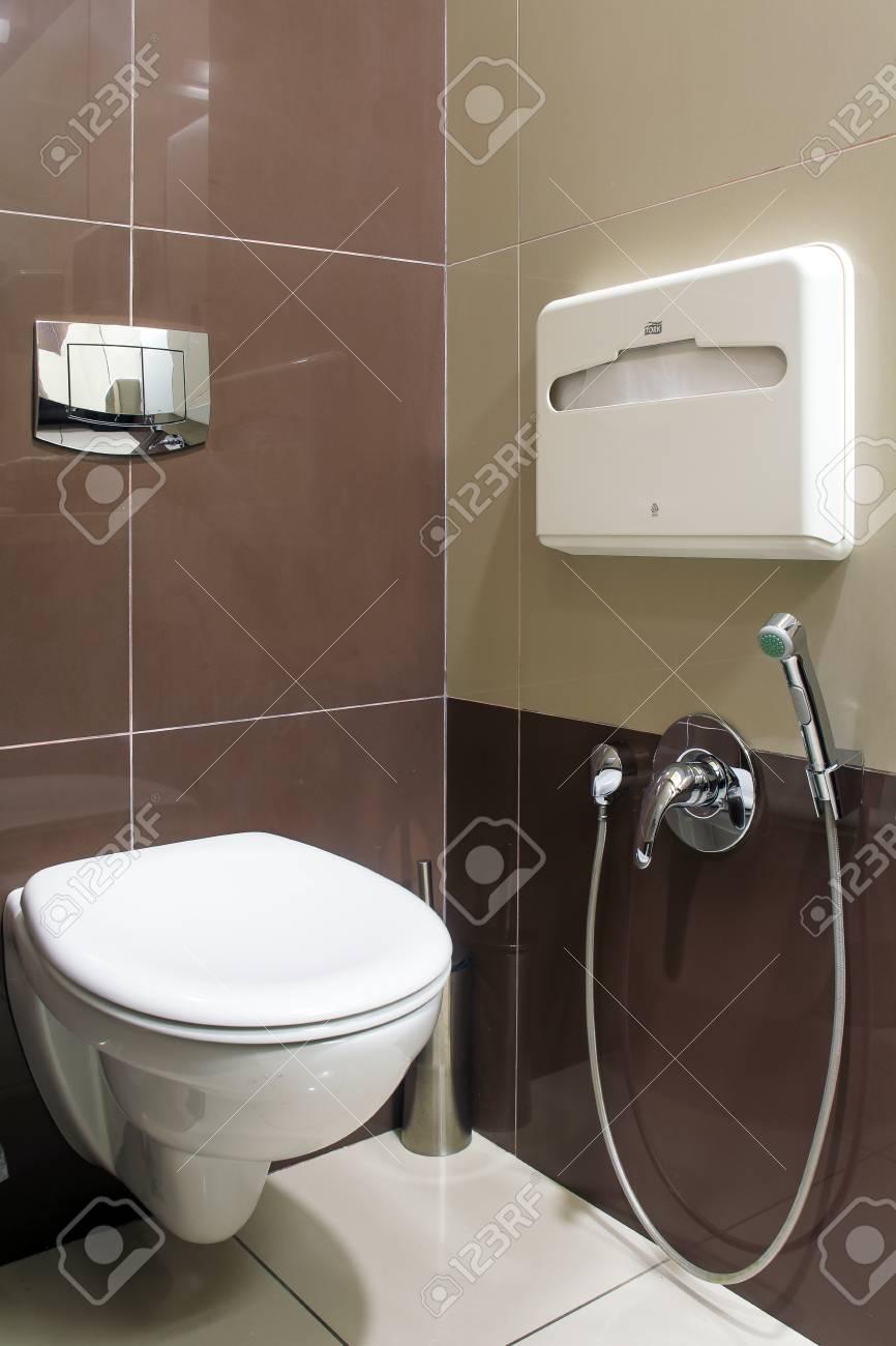 Un Toilette Ou Une Toilette un gros plan d'une toilette blanche moderne, à côté d'une toilette publique  dans un restaurant ou un hôtel