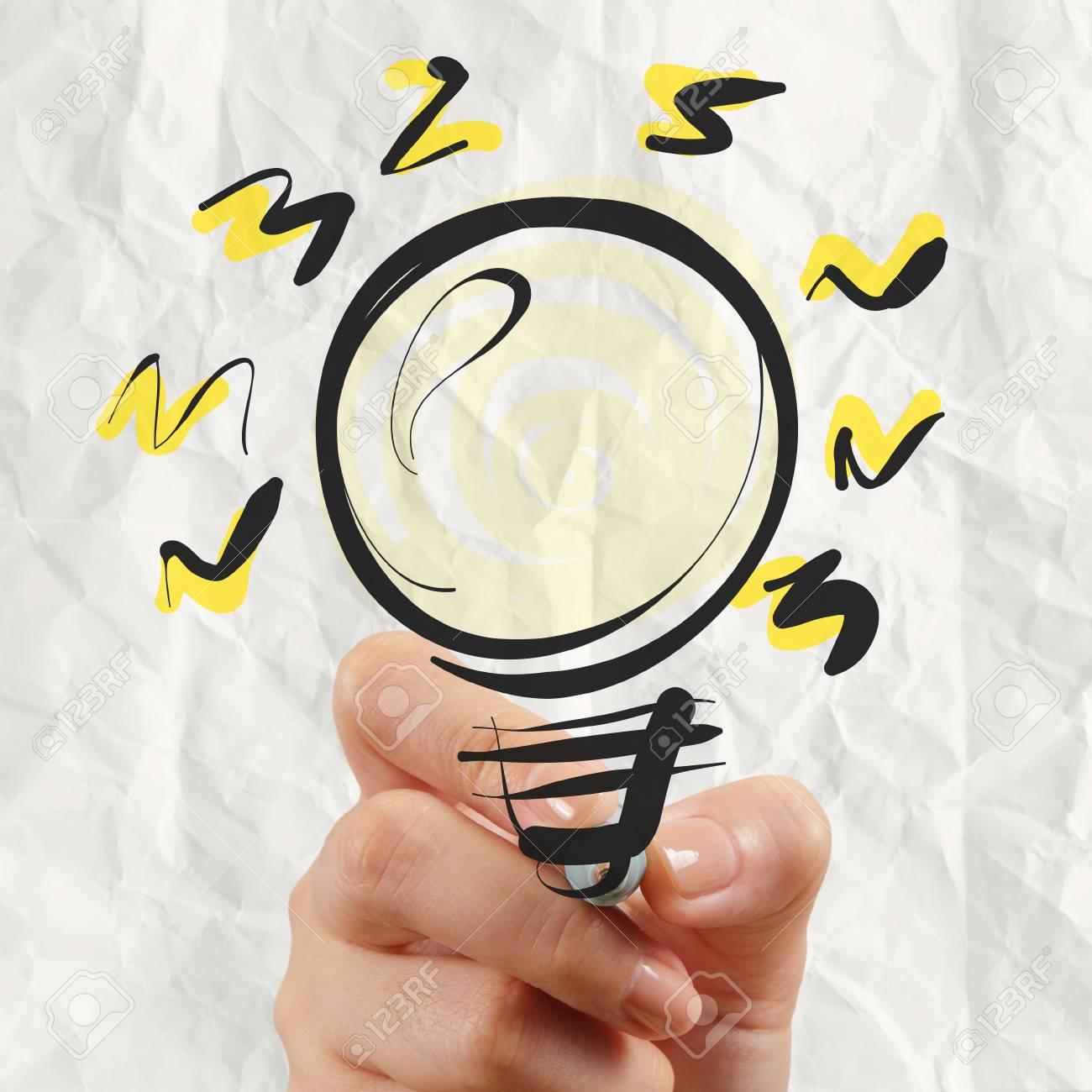 Dessin Avec La Main dessin à la main ampoule avec du papier froissé comme concept créatif