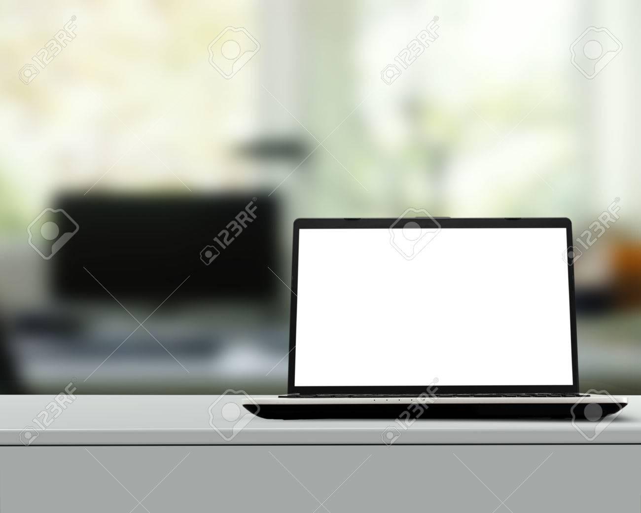 Bureau blanc avec les ordinateurs de l écran blanc u photographie