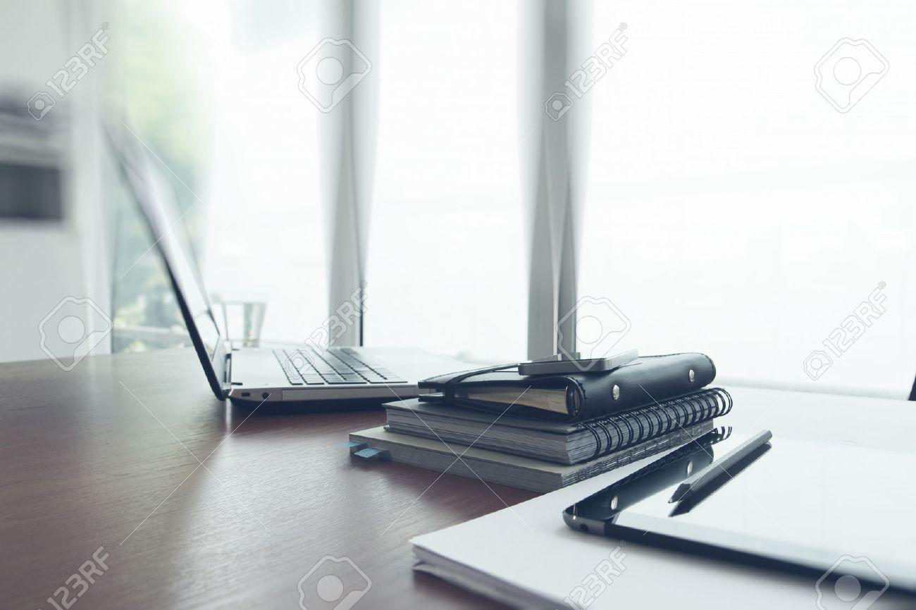 Buro Arbeitsplatz Mit Laptop Und Smartphone Auf Holz Tisch