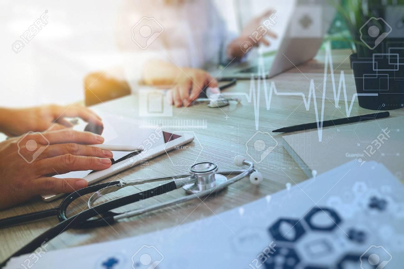 Draufsicht Medizin Arzt Hand mit modernen Computer und digitale pro Tablette mit digitalen medizinischen Diagramm mit seinem Team auf Holz-Schreibtisch als medizinische Konzept arbeiten Standard-Bild - 51496885