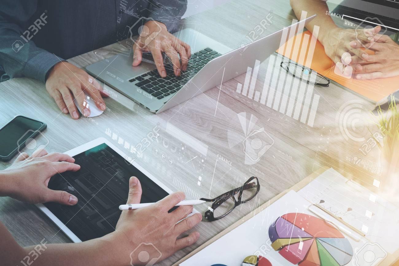 Geschäftsunterlagen auf Bürotisch mit Smartphone und Laptop-Computer und Grafik-Geschäft mit sozialen Netzwerkdiagramm und drei Kollegen im Hintergrund Daten diskutieren Standard-Bild - 51496800