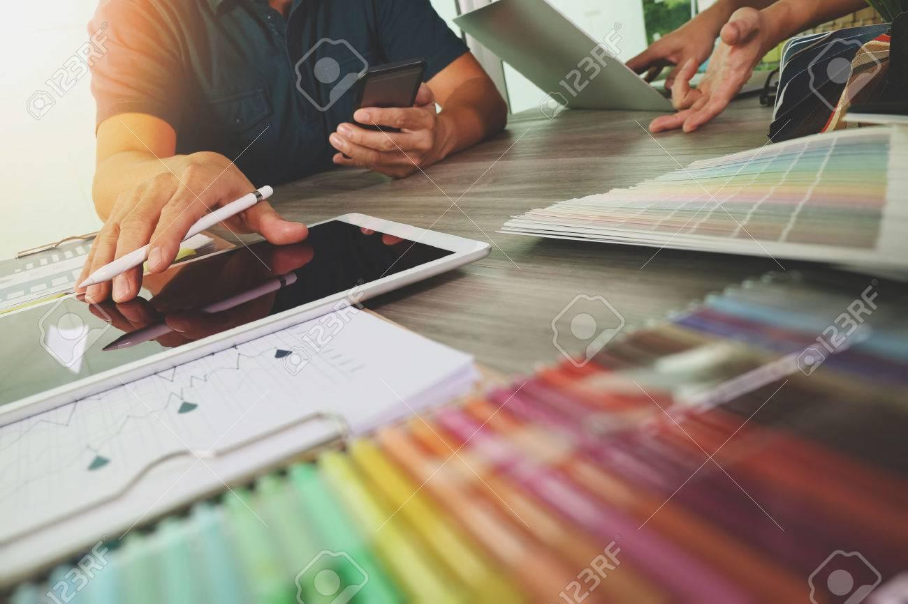 zwei Kollegen Innenarchitekten Daten und digitale Tablet und Laptop-Computer mit Probenmaterial auf Holz-Schreibtisch als Konzept diskutieren Standard-Bild - 51496810