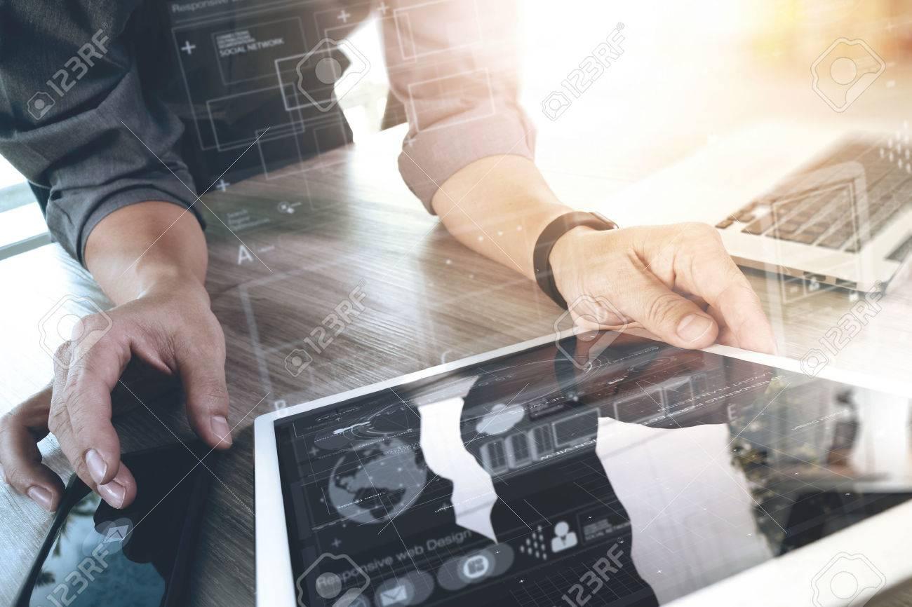 concepteur de site Web travaillant tablette et votre ordinateur portable numérique et diagramme de conception numérique sur le bureau en bois comme le concept Banque d'images - 51496675