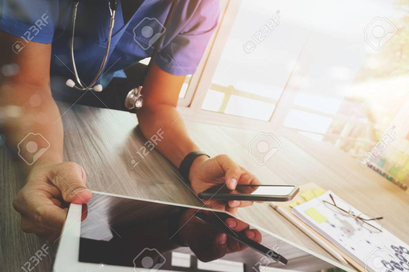 Médecine médecin travaillant main avec interface ordinateur tablette numérique moderne comme concept de réseau médical Banque d'images - 53603741