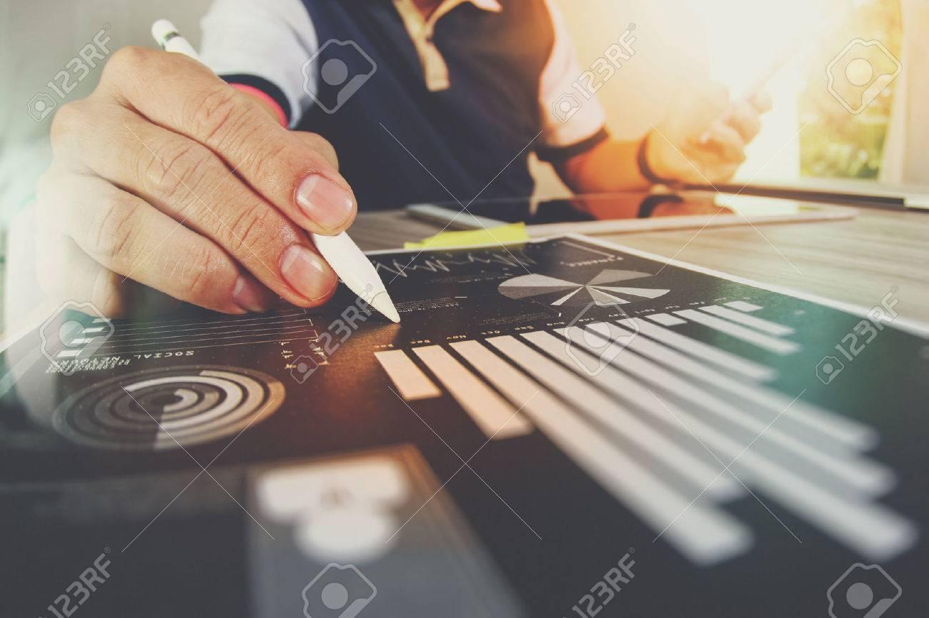 Geschäftsunterlagen auf Büro-Tabelle mit Smartphone und digitale Tablet und Grafik Geschäft mit sozialen Netzwerkdiagramm und Mann arbeitet im Hintergrund Standard-Bild - 53604078