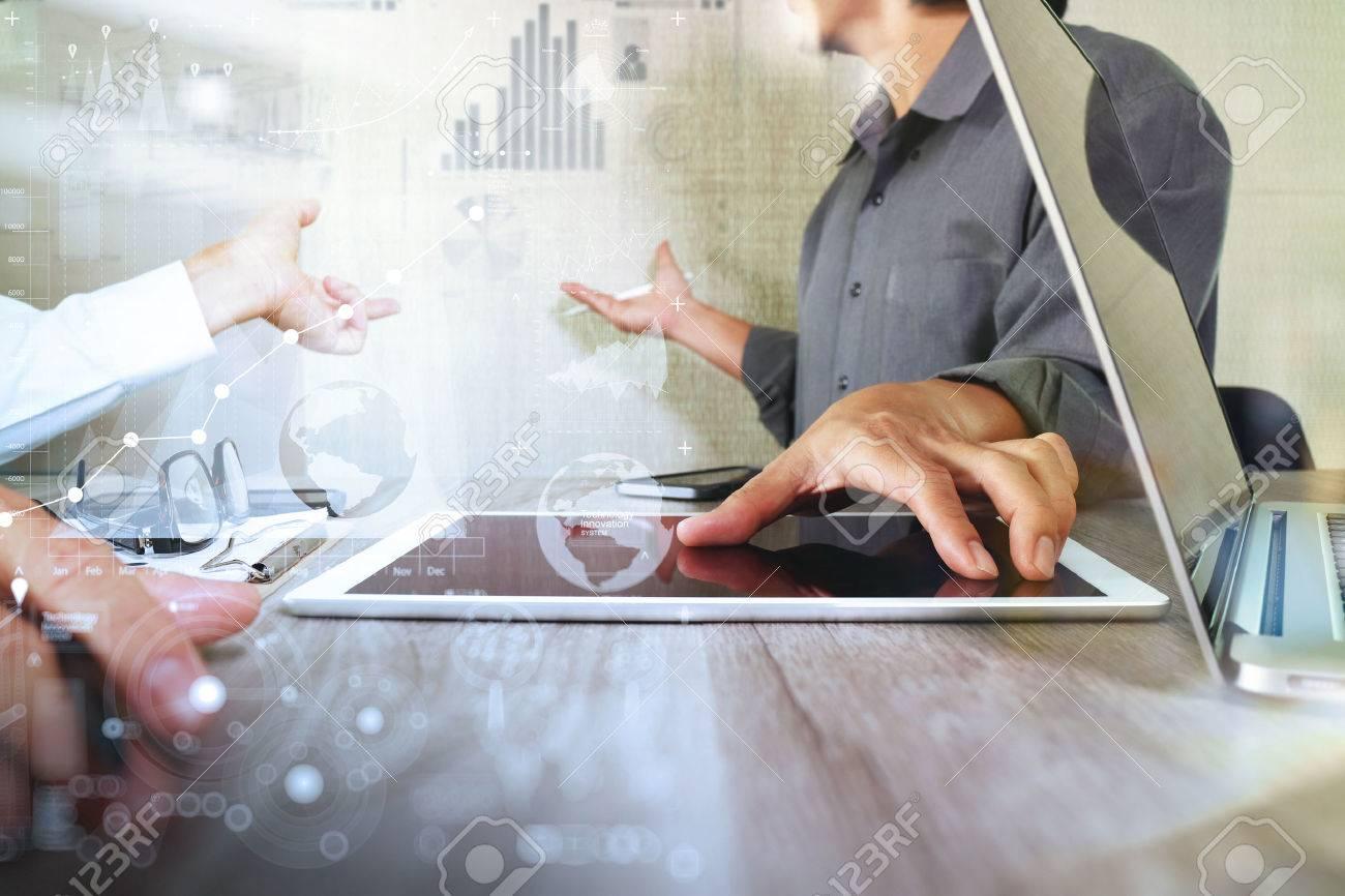 Geschäftsmann macht Präsentation mit seinen Kollegen und Geschäftsstrategie digitale Schichteffekt im Büro als Konzept Standard-Bild - 53604374