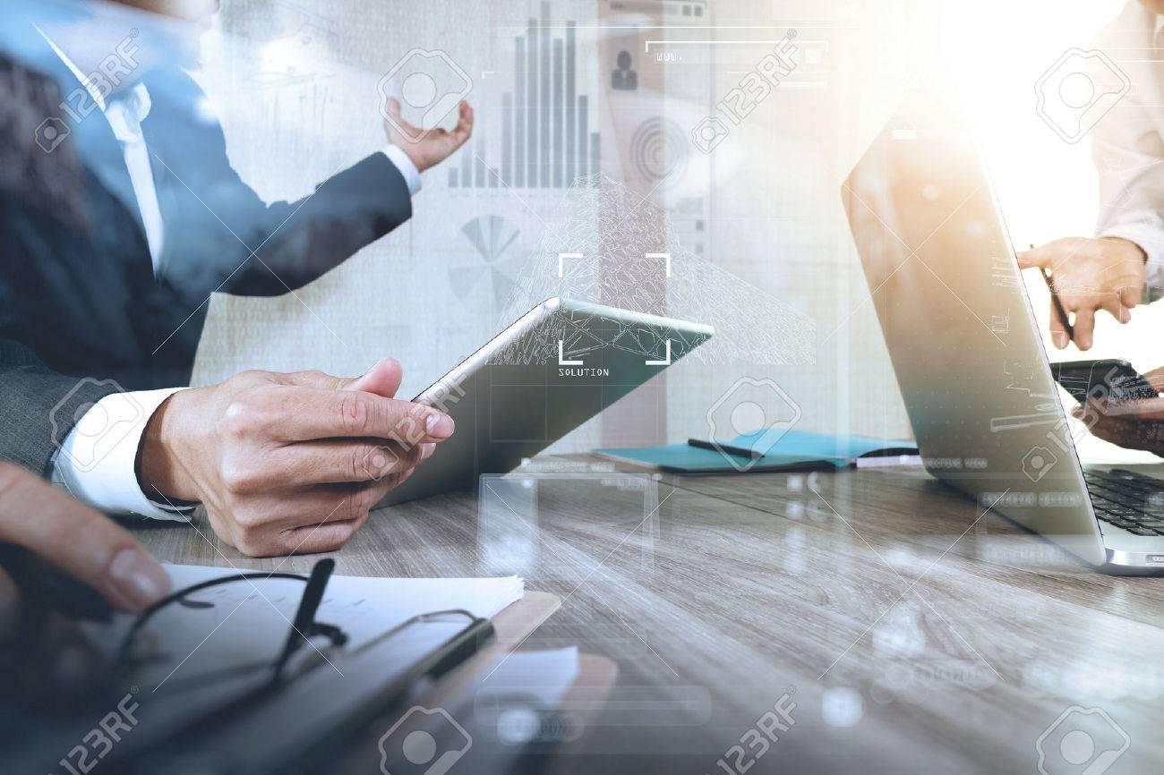 Geschäftsmann macht Präsentation mit seinen Kollegen und Geschäftsstrategie digitale Schichteffekt im Büro als Konzept Standard-Bild - 53604799
