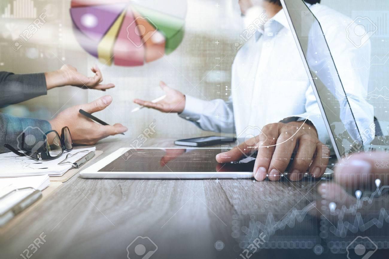Geschäftsmann macht Präsentation mit seinen Kollegen und Geschäftsstrategie digitale Schichteffekt im Büro als Konzept Standard-Bild - 53607481