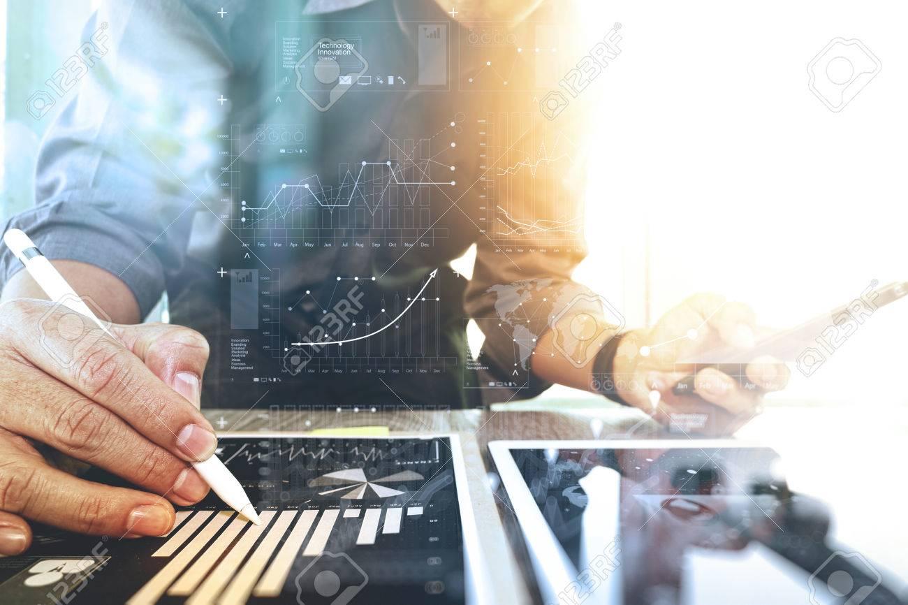 mit digitalen Tablet-Computer und Smartphone mit digitalen Geschäftsstrategie Schichteffekt Geschäftsmann auf Schreibtisch aus Holz als Konzept arbeiten Standard-Bild - 53608172