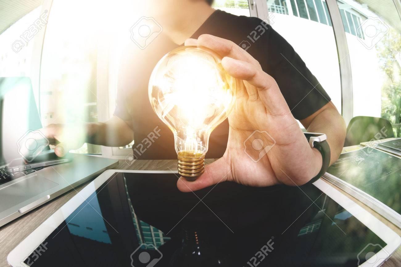 concepteur main montrant la stratégie d'entreprise créatif avec ampoule comme le concept Banque d'images - 53608423