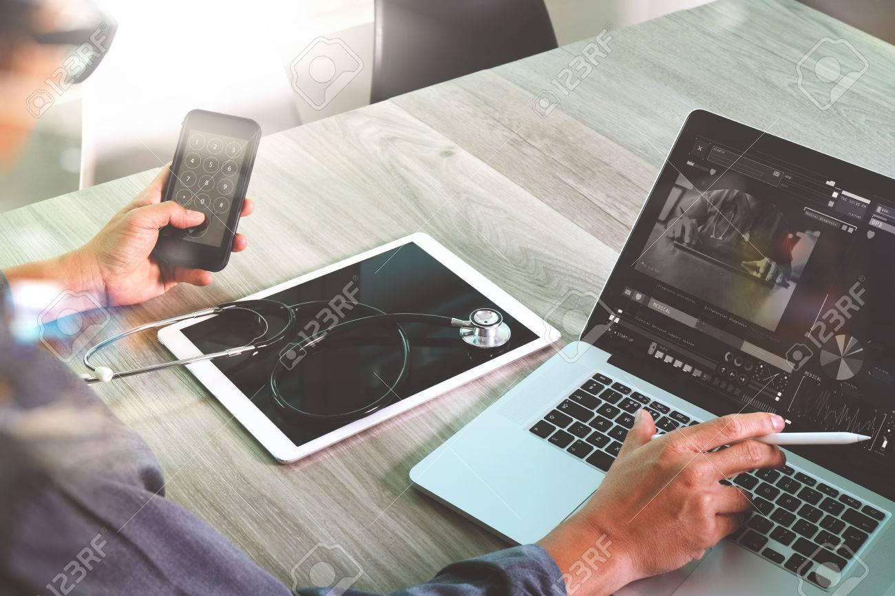 Doktor mit digitalen Tablet und Laptop-Computer mit Smartphone in medizinischen Arbeitsplatz Büro-und Video-conferrance als Konzept arbeiten Standard-Bild - 58970864