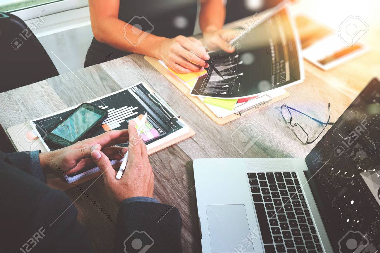 Homme d'affaires faisant présentation avec ses collègues et la stratégie d'entreprise effet de calque numérique au bureau que le concept Banque d'images - 59035688