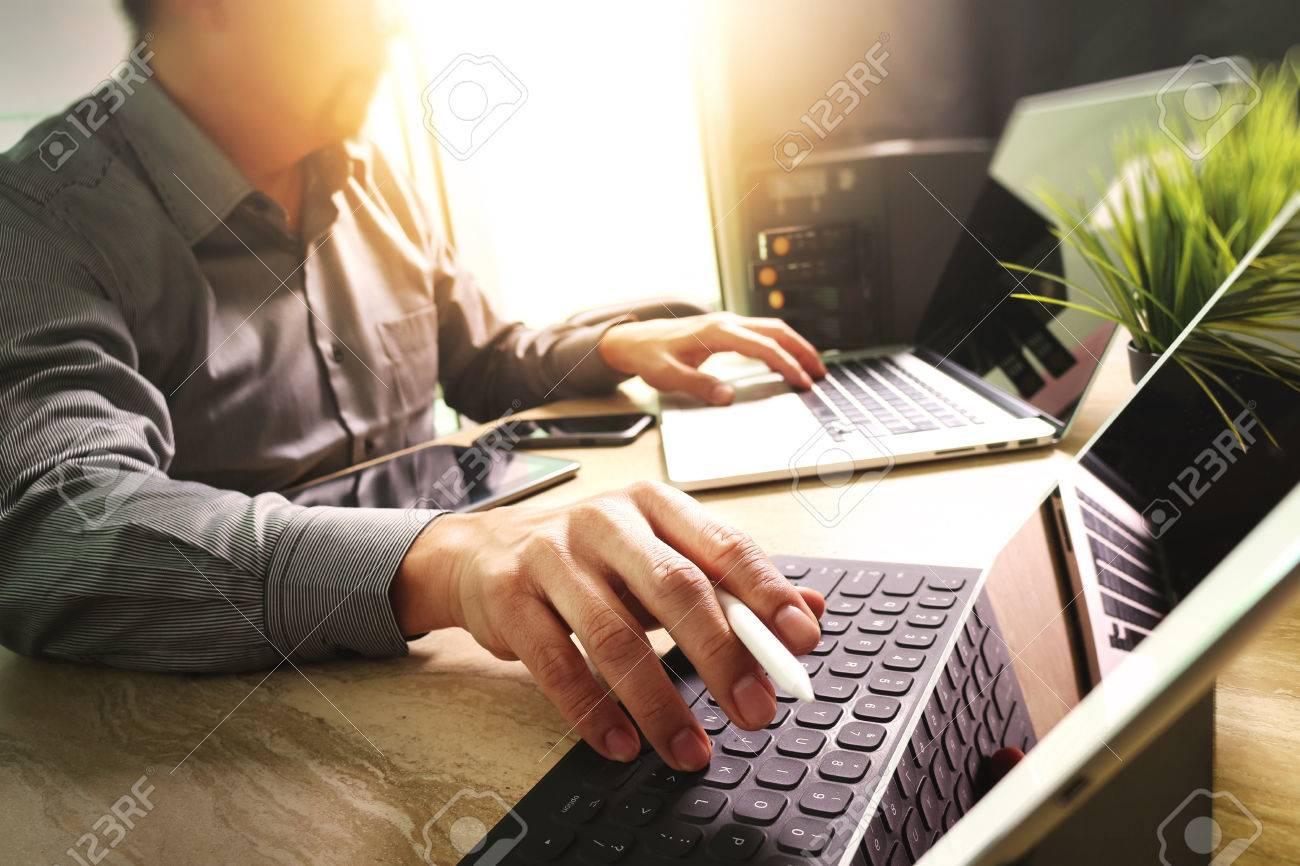 Externaliser développeur travaillant sur le marbre bureau travailler