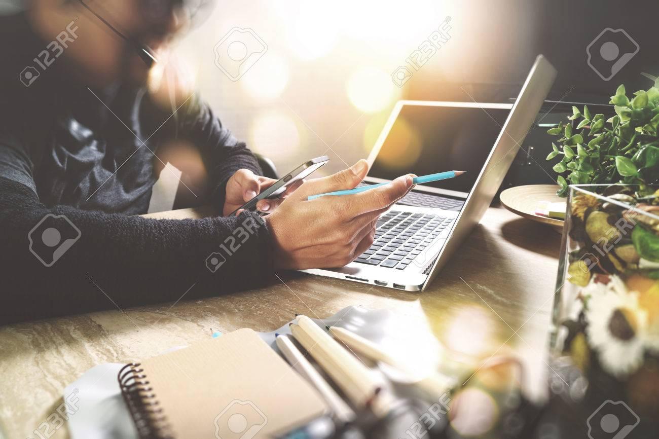 Mann mit VOIP-Headset mit digitalen Tablet-Computer Docking intelligente Tastatur, Konzept Kommunikation, IT Support, Call Center und Customer Service Help Desk, Filtereffekts Standard-Bild - 65503554