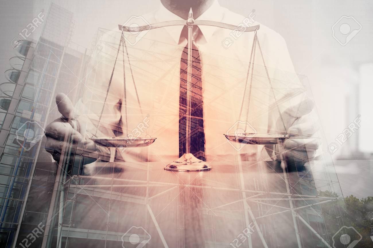 La justice et le droit concept.male avocat dans le bureau avec