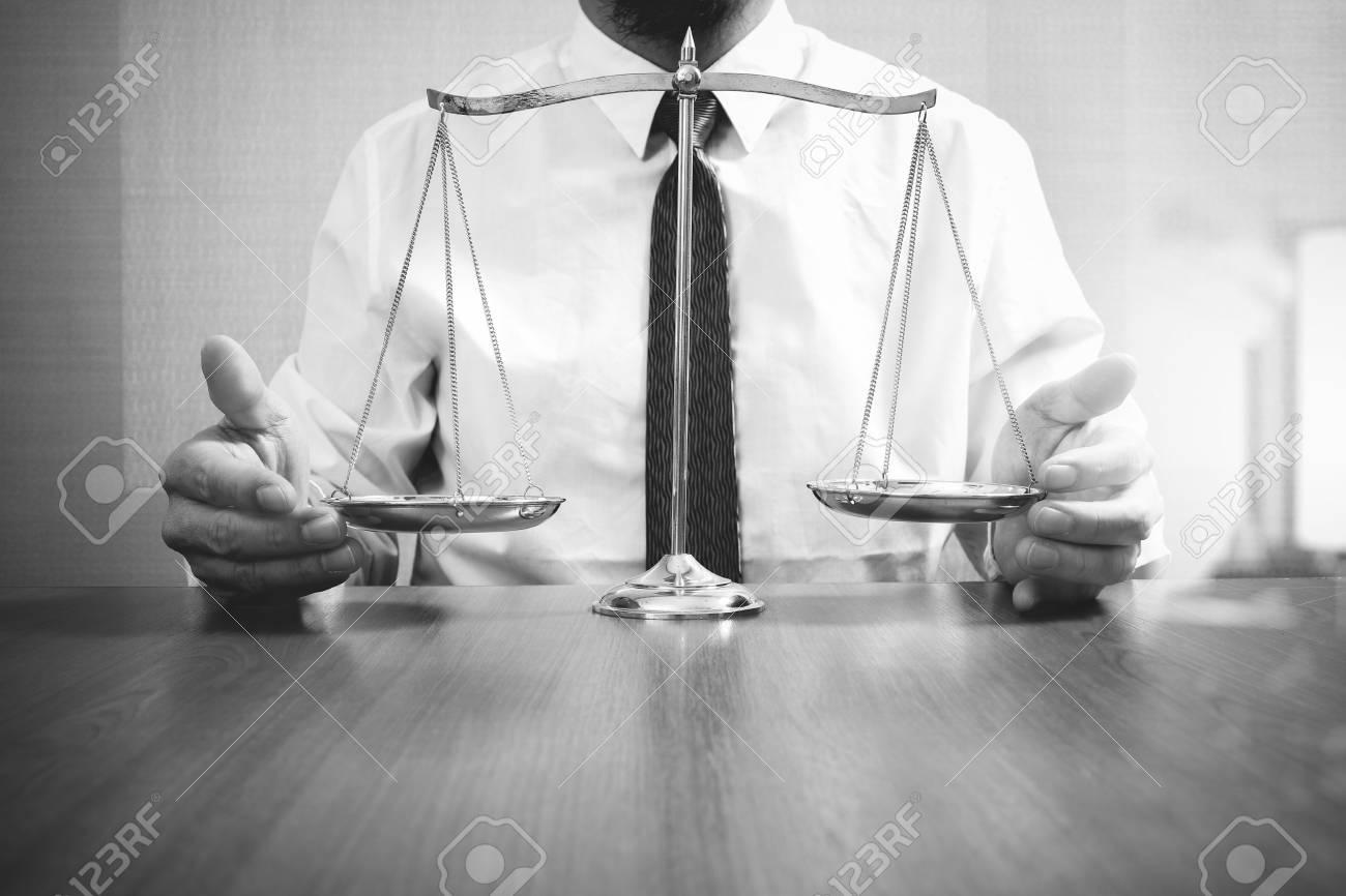 Concept de justice et de droit. avocat au bureau avec échelle en