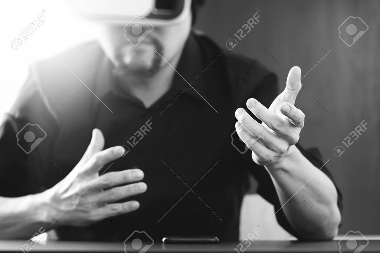 Homme d affaires vêtu de lunettes de réalité virtuelle dans un